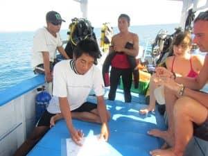 Ein kurzes Briefing vor dem Tauchgang auf unserem Boot