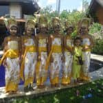 Junge Mädchen in traditionellen Kostümen auf Bali