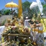Frauen auf Bali in traditioneller Kleidung