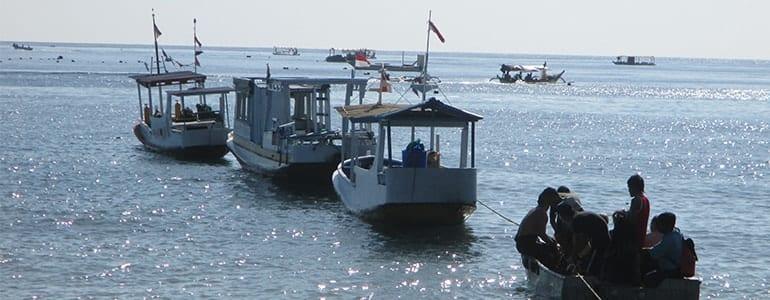 Drei Boote des North Bali Divecenters im Wasser