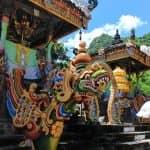 Drache als Statue vor einem Tempel auf Bali