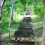 Aufstieg zum Tempel Puncak Manik in Nord Bali von unten