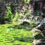 Frau am Wasser vor einem Tempel