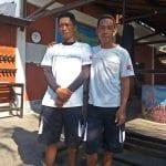Hani und Amak sind in ihren Dörfern die Verantwortlichen der Fischerei-Organisation. Dank ihrer Vermittlung haben wir stets Unterstützung, wenn wir eines unserer Boote in einem der Fischerdörfer (je nach Windrichtung) für kleinere Reparaturen trocken fallen lassen.