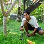 Kadek ist zur Zeit unser Jüngster. Als Sohn eines unserer Wachleute hat er sich sofort nach der Mittelschule bei uns beworben und geht Komang mit viel Fleiss und Eifer zur Hand.